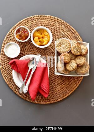 Brunch, pâtisseries et champagne pour la fête des mères. Petit déjeuner au lit. Concept photo, arrière-plan alimentaire, mode de vie