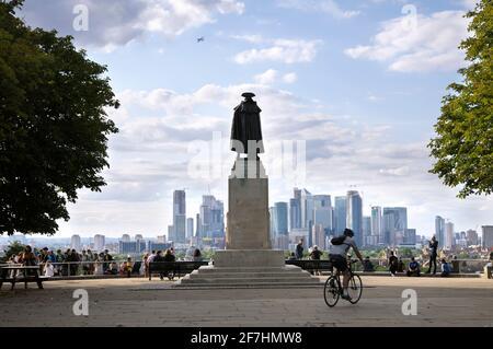 Statue du général James Wolfe donnant sur la vue de Greenwich Park vers Canary Wharf et la ville de Londres. Greenwich, Londres, Royaume-Uni Banque D'Images