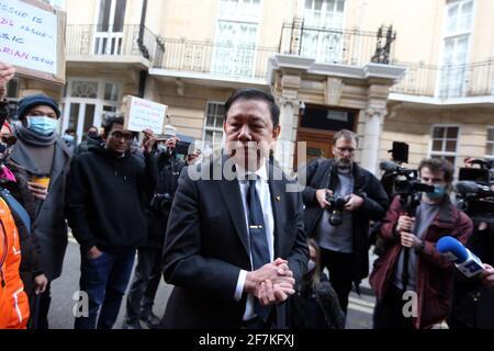 Londres, Angleterre, Royaume-Uni. 8 avril 2021. L'ambassadeur du Myanmar au Royaume-Uni, Kyaw Zwar min, est vu à l'extérieur de l'ambassade du Myanmar (Birmanie) à Londres. Hier, lui et certains membres du personnel ont été enfermés de sa propre ambassade par l'attaché militaire qui a pris le contrôle des terres. Credit: Tayfun Salci/ZUMA Wire/Alay Live News