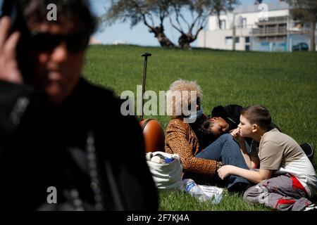 Les passagers attendent à l'aéroport international de Tirana, 'Mother Theresa', après que tous les vols aient été annulés en raison d'une grève des contrôleurs aériens, à Tirana, en Albanie, le 8 avril 2021. REUTERS/Florion Goga