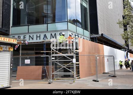 Oxford Street, Londres, Royaume-Uni. 8 avril 2021. L'ancien magasin phare de Debenhams sur Oxford Street est monté à bord. Crédit : Matthew Chattle/Alay Live News