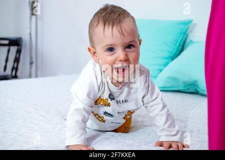 Portrait de bébé garçon rampant et souriant.