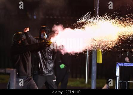 Les jeunes ont tiré des feux d'artifice à la PSNI sur la route de Springfield, pendant de nouveaux troubles à Belfast. Date de la photo : jeudi 8 avril 2021.