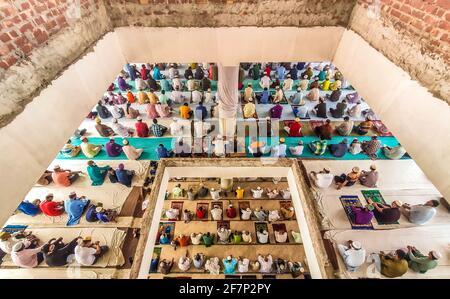 Barishal, Barishal, Bangladesh. 9 avril 2021. Malgré une situation de confinement au Bangladesh en raison de l'augmentation du nombre de patients Covid-19 chaque jour et de la hausse des décès au sommet, les gens ne maintiennent pas une distance sociale minimale pour prier leur prière musulmane Jummah dans une mosquée de la ville de Barishal. Crédit: Mustasinur Rahman Alvi/ZUMA Wire/Alamy Live News