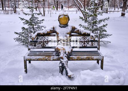 Almaty, Kazakhstan - 25 février 2021 : monument à la mémoire de Yuri Gagarin, le premier homme qui avait été dans l'espace en 1961, situé dans la rue de la