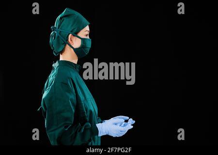 Portrait d'une jeune femme chirurgien ne regardant pas le appareil photo