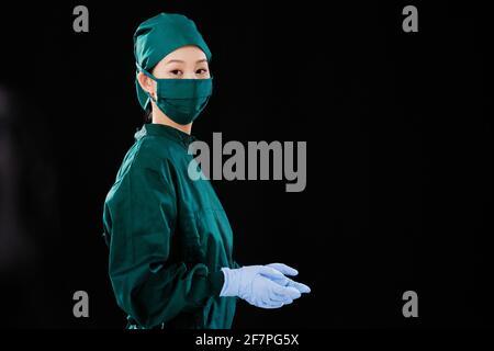 Portrait d'une jeune femme chirurgien regardant la caméra