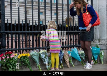 Londres, Royaume-Uni. 9 avril 2021. Les adeptes laissent des fleurs à l'extérieur du palais de Buckingham après l'annonce de la mort du prince Philippe, âgé de 99 ans. Crédit : Stephen Chung/Alay Live News