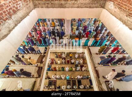 Barishal, Bangladesh. 9 avril 2021. Bien que la situation de confinement au Bangladesh soit due à une augmentation du nombre de patients Covid-19 et de décès chaque jour, les gens ne maintiennent pas une distance sociale minimale pour prier leur prière musulmane Jummah dans une mosquée de la ville de Barishal. Crédit: Mustasinur Rahman Alvi/ZUMA Wire/Alamy Live News