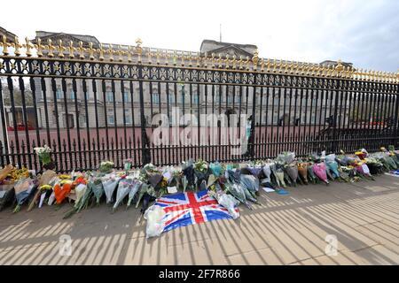 Londres, Royaume-Uni. 9 avril 2021. Hommages floraux rendus par les gens au Palais de Buckingham après l'annonce de la mort du prince Philip crédit: Paul Brown/Alay Live News