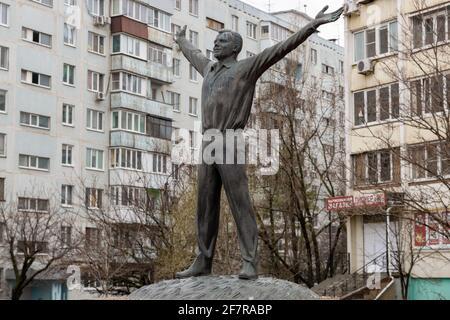ROSTOV-SUR-LE-DON, RUSSIE - 9 AVRIL 2021 : statue du cosmonaute soviétique, premier homme dans l'espace, Yuri Gagarin, dans la rue Prospekt Korolyova. Le monument a été créé en 2011 pour commémorer le 50e anniversaire du premier vol spatial habité. Cette année marque le 60e anniversaire du vol de Yuri Gagarin dans l'espace. Le 12 avril 1961, Yuri Gagarin a fait une orbite autour de la Terre à bord du satellite Vostok 1. Erik Romanenko/TASS