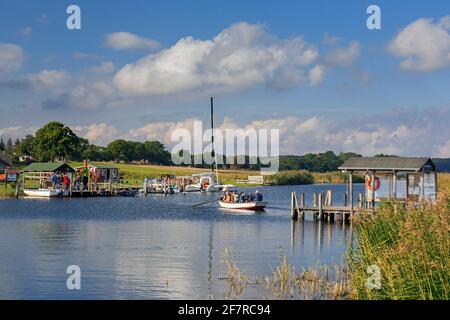Moritzdorf ferry de passagers à travers le Baaber Bek sur l'île Rügen / Ruegen, barque reliant Baabe à Sellin dans Mecklenburg-Vorpommern, Allemagne
