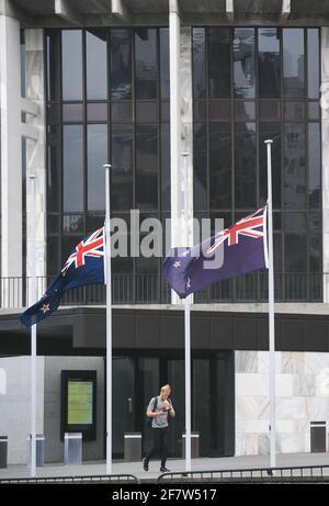 Wellington, Wellington. 10 avril 2021. Les drapeaux nationaux de la Nouvelle-Zélande volent en Berne devant Beehive, l'édifice du Parlement de la Nouvelle-Zélande, pour présenter ses condoléances à la suite de la mort du prince Philip de Grande-Bretagne, à Wellington, en Nouvelle-Zélande, le 10 avril 2021. Credit: Guo Lei/Xinhua/Alay Live News