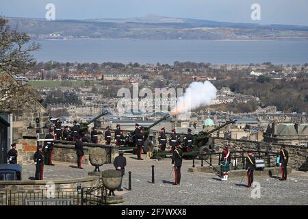 Les membres du 105e Régiment de l'Artillerie royale ont ouvert un feu de 41 tours au château d'Édimbourg, pour marquer la mort du duc d'Édimbourg. Date de la photo: Samedi 10 avril 2021.