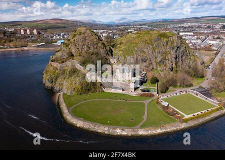 Vue aérienne du drone du château de Dumbarton (fermé pendant le confinement de Covid-19) sur Dumbarton Rock à côté de la rivière Clyde, Écosse, Royaume-Uni