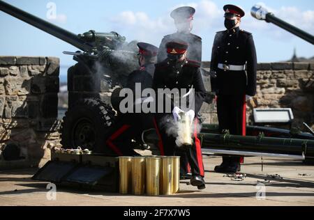 Les membres du 105e Régiment de l'Artillerie royale ont incendié un hommage au feu pour marquer la mort du prince britannique Philip, mari de la reine Elizabeth, au château d'Édimbourg, en Grande-Bretagne, le 10 avril 2021. Andrew Milligan/piscine via REUTERS