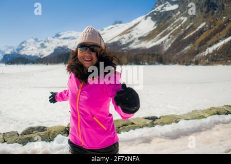 Jeune femme chinoise appréciant la vue magnifique sur le paysage enneigé - heureux Et belle fille asiatique jouée devant le lac gelé Et des montagnes enneigées pendant la S