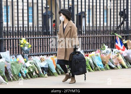Londres, Royaume-Uni 10 avril 2021. Les gens se sont mis en file d'attente pour déposer des fleurs et rendre hommage à l'extérieur du Palais de Buckingham en hommage au prince Philip, décédé vendredi à l'âge de 99 ans, à seulement 2 mois de son 100e anniversaire. Monica Wells/Alay Live News