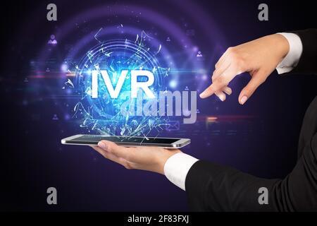 Gros plan d'un écran tactile avec abréviation.