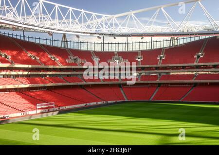 Une vue sur le terrain et un stade Emirates vide, Arsenal football Club, North London, Royaume-Uni