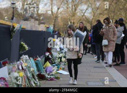 Londres, Angleterre, Royaume-Uni. 11 avril 2021. Eh bien=les wishers continuent de laisser des fleurs et des messages pour le prince Philip du duc d'Édimbourg devant Buckingham Palace malgré la demande de la famille royale de faire un don à la charité plutôt. Credit: Tayfun Salci/ZUMA Wire/Alay Live News