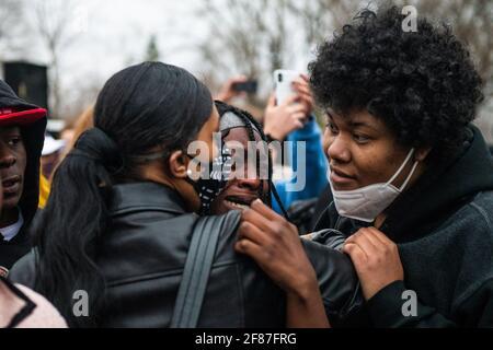 Brooklyn Center, Minnesota, le 11 avril 2021, les manifestants manifestent près de l'angle de Katherene Drive et de la 63e Avenue North le 11 avril 2021 à Brooklyn Center, Minnesota, après l'assassinat de Daunte Wright. Photo : Chris Tuite/ImageSPACE/MediaPunch