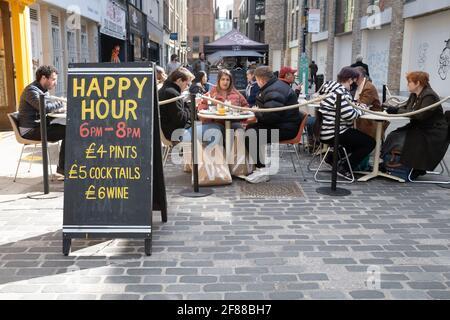 Londres, Angleterre, 12 avril 2021. Les personnes qui apprécient la nourriture et les boissons en plein air dans le centre de Londres, tandis que les restrictions Covid sont assouplies. Photographe : Brian Duffy Banque D'Images