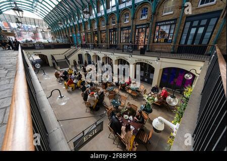 Londres, Royaume-Uni. 12 avril 2021. Les gens qui se trouvent dans un restaurant en plein air à Covent Garden à la suite de la feuille de route du coronavirus du gouvernement britannique, qui a permis à des magasins non essentiels de rouvrir aujourd'hui. Credit: Stephen Chung / Alamy Live News Banque D'Images