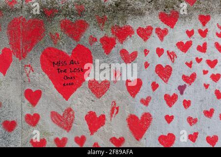 Coeurs rouges peints sur le mur commémoratif national de Covid comme Un hommage aux victimes britanniques de la pandémie du coronavirus