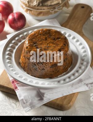 Duff prune. Pudding aux fruits à la vapeur. Cuisine traditionnelle Royaume-Uni