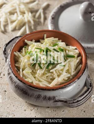 Rémoulade de céleri-rave. Salade de racines de céleri dans de la mayonnaise à la moutarde.