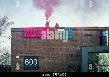 Bristol, Royaume-Uni. 13 avril 2021. Les militants de Palestine action occupent le toit du quartier général de Bristol à Elbit, dans les premières heures de mercredi matin. Des bannières accrochées au toit se lisaient comme suit : « le sang palestinien à but lucratif d'Elbit » et « cessez d'armer Israël ». Aztec West Business Park à Bristol, Royaume-Uni. Crédit: Vladimir Morozov/akxmedia. Credit: Vladimir Morozov/Alamy Live News