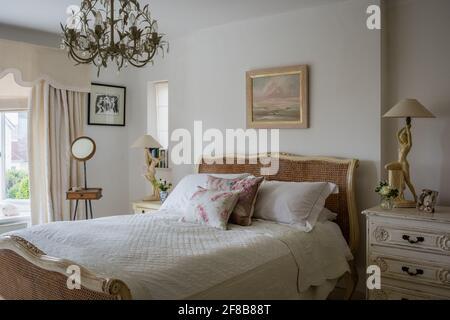 Lampes Art déco et miroir de rasage Edwardian avec lit en osier ancien dans West Sussex rénovation côtière.