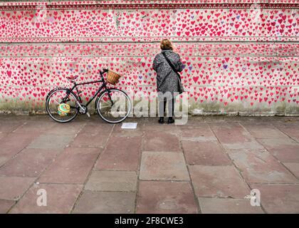 Mur national du Covid, 150,000 coeurs peints sur le mur en face des chambres du Parlement comme un mémorial pour ceux qui sont morts du coronavirus