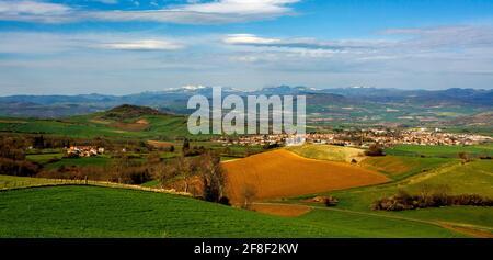 Vue sur la plaine de la Limagne , en arrière-plan de la chaîne des volcans d'Auvergne et du massif du Sancy, Puy de Dome, Auvergne Rhône Alpes, France