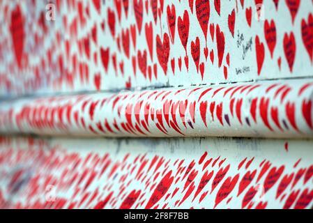 Londres, Angleterre, Royaume-Uni. Mur commémoratif national de Covid le long de l'Embankment de la Tamise, en face des chambres du Parlement, c150000 cœurs commémorant le li