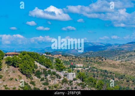 Guettez le bord sud du château de Berat en Albanie