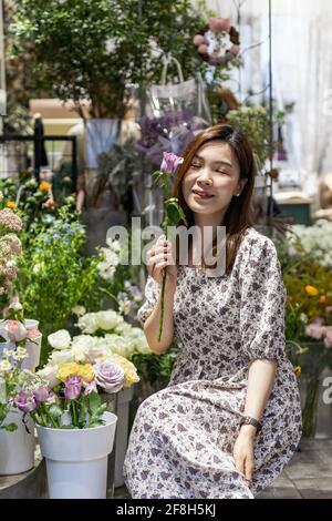 Démarrage réussi petite entreprise entrepreneur propriétaire jeune femme asiatique debout fleurs au fleuriste