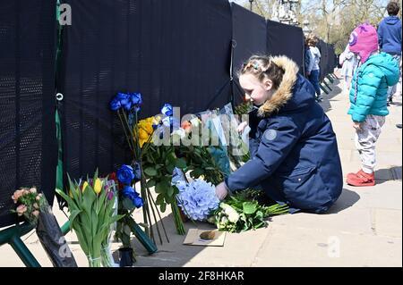 Londres. Les puisseuses royales laissent des hommages floraux au duc d'Édimbourg après sa mort le vendredi 09.04.2021. On a demandé aux personnes qui se sont garantes de rester à l'écart des résidences royales en raison de la pandémie du coronavirus. Buckingham Palace, Londres.