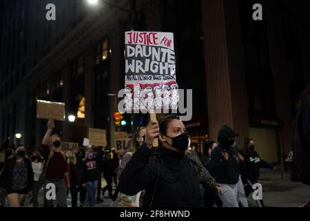 Philadelphie, États-Unis. 13 avril 2021. Un manifestant marche tout en tenant un panneau lors d'une manifestation Justice pour Daunte Wright à Philadelphie, aux États-Unis. Daunte Wright était un Noir de 20 ans qui a été tué par balle par un policier du Brooklyn Center, au Minnesota, le 11 avril. Crédit : Chase Sutton/Alay Live News