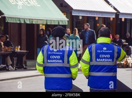 Londres, Royaume-Uni. 14 avril 2021. Covid Marshals dans Old Compton Street, Soho. Des marshals ont été déployés dans les rues animées de Soho pour aider le public à respecter les règles de distanciation sociale.