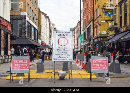 Londres, Royaume-Uni. 14 avril 2021. Zone piétonne et panneaux Covid-19 restrictions temporaires dans la rue Frith. Les restaurants, pubs et bars de Soho ont rouvert après presque quatre mois. Banque D'Images