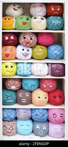 Beaucoup de smiley fait main de couleur visages doux jouets, smiley fait main de couleur, des jouets doux, des boules d'émotions arrière-plan