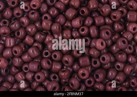 Perles brunes sur fond blanc arrière-plan gros plan, macro, faire collier de perles