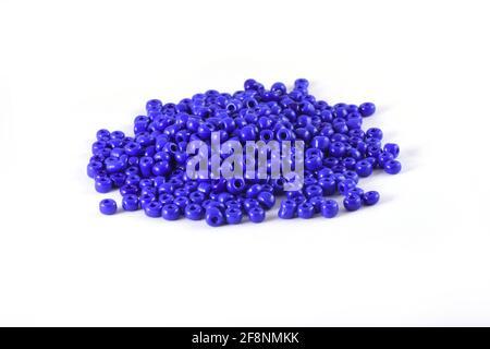 Perles étalées sur fond blanc arrière-plan gros plan, macro, faire collier de perles ou perles crochet quotidien perles