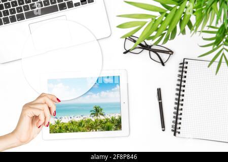 Maquette de ticker transparente pour les devis de motivation. Une femme tenant une main avec un modèle de carte vierge