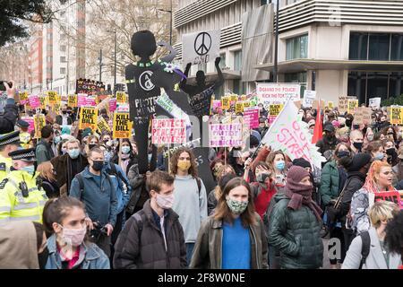 2021, 3 avril : des milliers de manifestants se rassemblent dans le centre de Londres contre la loi de la police, de la criminalité, de la condamnation et des tribunaux qui va imposer des règles strictes au droit démocratique de protestation et à l'irrosion de la liberté individuelle, ce qui fera avancer le Royaume-Uni vers l'autorité autoritaire.