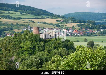 Allemagne, Basse-Saxe, Pologne: Le château en ruines de Polle avec donjon est situé au-dessus de la rivière Weser dans les collines Weser.