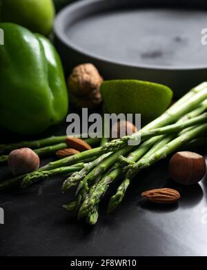 asperges fraîches avec légumes verts. nutrition appropriée, régime de céto. Touche de position basse, position verticale