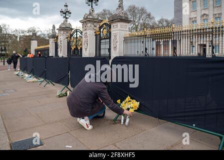 Londres, Royaume-Uni. 15 avril 2021. Les adeptes du wishers quittent les hommages floraux devant Buckingham Palace pour le HRH Prince Phillip à Londres, au Royaume-Uni, le 15 avril 2021. Les funérailles royales de cérémonie du prince Philip, duc d'Édimbourg auront lieu le 17 avril au château de Windsor.(photo de Claire Doherty/Sipa USA) crédit : SIPA US/Alay Live News